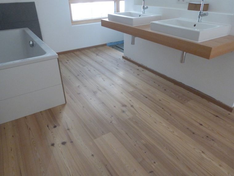 parkett im bad lange zeit galt der holzboden im bad als ungeeignet die materialien quollen oft. Black Bedroom Furniture Sets. Home Design Ideas